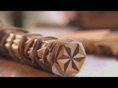 江戸時代後期に箱根山の畑宿で箱根寄木細工が始められましたが、初めのうちは乱寄木や単位文様による寄木細工が主流でした。 明治時代の初めに静岡方面の寄木技法がもたらされ、これが今日の連続文様構成の小寄木として確立。 箱根細工は緻密な手工芸の技法によって広く知られる、国内では唯一の産地です。