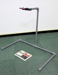 Make an overhead tripod(basic version) in 3 easy steps Camera Rig, Camera Tripod, Photoshop Photography, Photography Tips, Diy Décoration, Easy Diy, Diy Phone Stand, Camera Slider, Pvc Projects