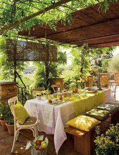 aménagement de terrasse avec auvent en roseau et meubles en bois