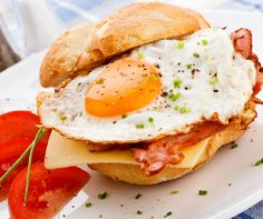 8 healthy breakfast sandwich recipes to jump-start your mornings! Homemade Breakfast, Breakfast Recipes, Breakfast Diner, Breakfast Ideas, Best Breakfast Sandwich, Breakfast Croissant, Ideas Sándwich, Cheese Bagels, Bacon Egg And Cheese