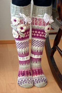 Viikon ahkera näpertely | Kardemumman talo | Bloglovin' Knitting Socks, Leg Warmers, Christmas Stockings, Cool Outfits, Underwear, Holiday Decor, Winter, Floral, Fashion Design
