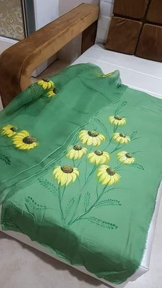 Fabric Paint Shirt, Fabric Painting On Clothes, Painted Clothes, Hand Painted Sarees, Hand Painted Fabric, Hand Embroidery Design Patterns, Embroidery Suits Design, Saree Painting, Silk Painting