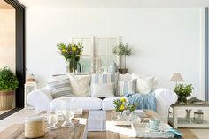 The Hamptons style: the keys Modern Country, Country Decor, Rustic Decor, Country Homes, Estilo Hampton, Salons Cosy, Country Lifestyle, Sofa, Cozy Living Rooms