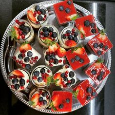 Small desserts again! Chocolate mousse with cream and chia pudding with strawberry mousse. All with fresh fruits. Looking for spring and colors. Strawberry Mousse, Small Desserts, Chia Pudding, Caprese Salad, Fresh Fruit, Chocolate, Cream, Colors, Spring