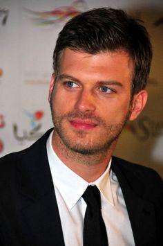 Kıvanç Tatlıtuğ Turkish Men, Turkish Actors, Bad Picture, Popular Artists, Le Male, Cool Haircuts, Christian Grey, Actor Model, Best Actor