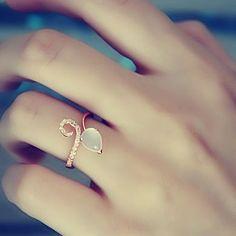 Such a pretty ring design!
