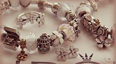 Pandora ~ Daisies Vos Pandora Vos créations Your creation Des bracelets Pandora composés, des idées, des couleurs, des suggestions de design, pour tous les goûts et toutes les humeurs. #pandora #bracelets #set #parures #bijoux Bijoux à retrouver sur www.bijoux-et-charms.fr
