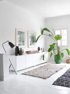 Grasshopper Leuchte von Gubi in typisch skandinavischem Wohnzimmer