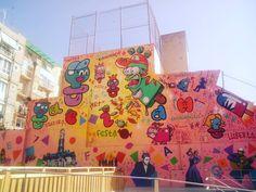 Gràcia - Plaça del Poble Romaní. Mural sobre la cultura popular de Gràcia, elaborat per tres artistes grafiters, El Xupet Negre, Caesar Baetulo i Konair.