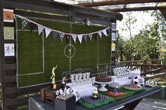 Vista geral da mesa de doces para a festa de Futebol por babolina