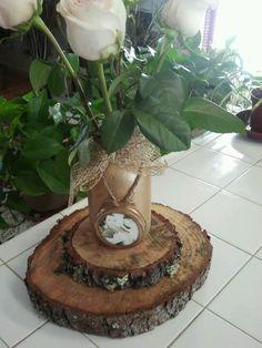 centro de mesas con fotos de los novios hecho de mason jars y troncos de arboles