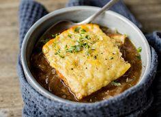 En deilig hjemmelaget suppe av ferske råvarer blir sjelden feil. Så hvorfor ikke klinke til med en enkel og elegant løksuppe?