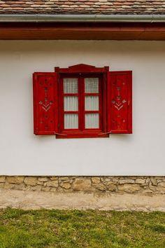 Sokunk álma testesül meg a monyoródi tulipános házban, a teljes körű felújításon átesett parasztház a vályogházak előnyei melletta modern kor nyújtotta kényelmet kínálja a betérőknek, az épület u… Rustic Outdoor Spaces, Barbecue Garden, House Gate Design, Window Shutters, Wood Cutouts, Home Repair, Traditional House, Play Houses, Modern Decor