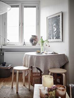 Amenajarea simplă și practică a acestei micuțe garsoniere, de numai 27 m², din Suedia, este exemplul perfect ce vă poate inspira pent...