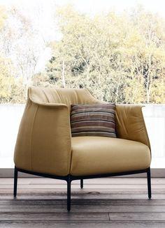 La famosa sedia Archibald di Poltrona Frau utilizzata per gli interni di pregio delle camere dell'Hotel Unipol a Bologna in Via Larga