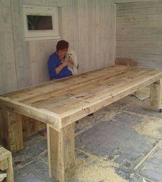 zelfgemaakte tafel van steigerhout