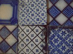 delft tiles at junkaholique Delft Tiles, Blue Tiles, White Tiles, Mosaic Tiles, Motif Vintage, Vintage Tile, Textile Patterns, Print Patterns, Textiles