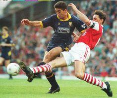 """""""Nudny, nudny Arsenal"""" stał się synonimem Kanonierów z lat 90. – pisze portal Goal.com. W 1993 londyński zespół wygrał w jednym sezonie FA Cup oraz Puchar Ligi Angielskiej. Wszystko dzięki doskonałej linii obrony. Złożyli się na nią Lee Dixon, Tony Adams, Steve Bould oraz Nigel Winterburn."""
