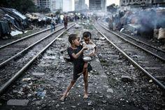 Las fotografías ganadoras de los premios Sony 2014  Esta foto fue tomada en Kawranbazar Barriada, Dhaka, donde la gente vive junto a las vías del ferrocarril, y cuando no pasa el tren, se convierte en su espacio común. Foto: Turjoy Chowdhury