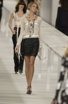 http://www.livingly.com/runway/Chanel/Paris Fashion Week Spring 2004/F4f_3Rqfr-l