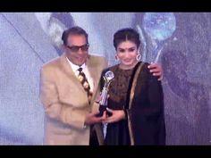 WOW ! Dharmendra felicitates Raveena Tandon | Entertainment Trade Awards 2016.