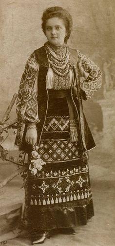 Дівчина зі Львова у святковому вбранні та прикрасах. Фото 1880 р.