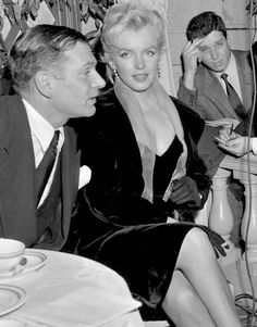 Marilyn Monroe - February 1956 - at a press conference in Plaza Hotel, New York together with Laurence Olivier - announcing the plan to make The Prince and the Show Girl, after Terence Rattigan's The Sleeping Prince Marylin Monroe, Style Marilyn Monroe, Marilyn Monroe Photos, Vintage Hollywood, Hollywood Glamour, Hollywood Stars, Classic Hollywood, Cinema Tv, Norma Jeane