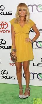 vestido amarelo loira - Pesquisa do Google