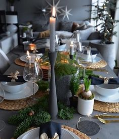 christmas table Regardez cette photo In - Christmas Table Settings, Christmas Tablescapes, Christmas Table Decorations, Holiday Tables, Holiday Decor, Modern Christmas Decor, Thanksgiving Table, Holiday Parties, Deco Table Noel