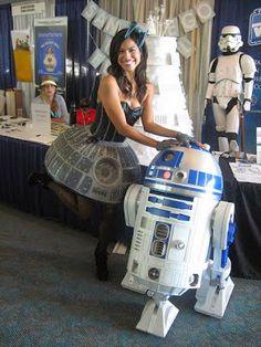 Galaxy Fantasy: Chica con un vestido estrella de la muerte junto a R2 D2