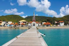 Imaginez un pays des Caraïbes où les clochers des églises se mêlent auxpalmiers, l'odeur de la cuisson des croissants fusionne avec celle des fruits de la passion et l'âme de l'î…