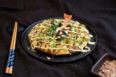 Okonomiyaki. Itadakimasu!    Zugegeben, Okonomiyaki ist ein ziemlicher Zungenbrecher, ausgesprochen wird es «okonomi-jaki». Frei übersetzt heisst das etwa soviel wie «nach Belieben belegt und gebraten». Es ist ein einfaches Alltagsgericht, das gern auch in japanischen Bistros serviert wird.  Diese Art von japanischer Omelette wird auch als japanischer Pancake oder als japanische Pizza bezeichnet.