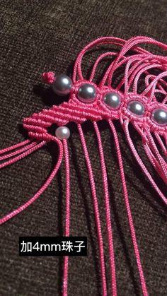 粉蝶戏珠小教程 第17步 Beaded Necklace Patterns, Pretty Necklaces, Micro Macrame, Macrame Jewelry, Paracord, Crochet, Bracelets, Earrings, Handmade