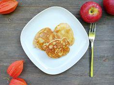 Apfelküchlein sind eine Art Pfannkuchen mit Äpfeln. Sie sind schnell zubereitet und kommen ganz ohne Zucker aus. Das schmeckt Groß und Klein.