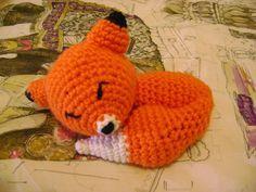 Hoy os traigo a un zorro perezoso y dormilón.      Hecho con lana naranja y blanca, su patrón es mucho más complejo que el zorro marioneta d...