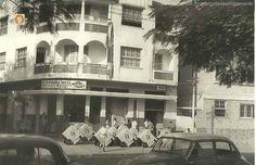 https://flic.kr/p/opkr3E   rua_julio_furtado_1960   Rua Julio Furtado (Grajaú - Anos 60)  Situada na frente da praça Edmundo Rego, a Distribuidora Araxá, era um depósito dos sorvetes Kibon onde as carrocinhas eram abastecidas para as vendas na rua. Atualmente funciona a Girão Lanches.  Fonte: Carlos Alcides Libório Telles