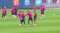 Neymar mostra animação em treino e dá chute no traseiro de Messi; vídeo #globoesporte