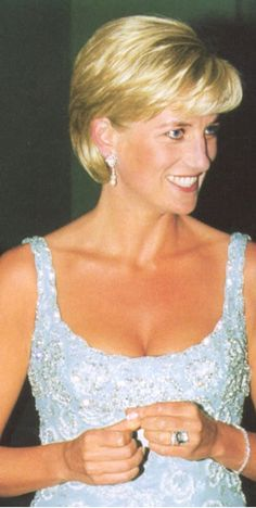 Princess Diana Hair, Princess Diana Dresses, Princess Diana Fashion, Princess Diana Family, Princess Diana Pictures, Prince Philip Queen Elizabeth, Hair Cuts For Over 50, Royal Family Portrait, Diana Memorial