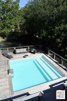 Le liner vert argile donne une belle couleur à l'eau de la piscine.