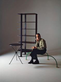 Achille Castiglioni con la silla Allunagio (Zanotta, 1965), la mesa Cumano (Zanotta, 1978) y la estantería Eta (BBB Bonacina, 1979)
