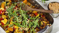 Det finns inget smidigare än att bara slänga in en ugnsform med grönsaker, Vegme bites och kryddor. Låt stå tills det är klart och sedan servera med en enkel sås. Du kan blanda den här mixen med din favoritmarinad, här har jag satsat på en lite hetare variant med chili.