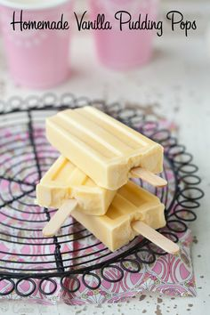 These creamy nutrient-rich vanilla pudding pops provide a quick and easy favorite for a hot day. Dipping them in the homemade magic shell makes them taste A-mzing! Köstliche Desserts, Frozen Desserts, Gluten Free Desserts, Frozen Treats, Delicious Desserts, Paleo Dessert, Healthy Sweets, Healthy Snacks, Dessert Recipes