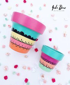 Painted Plant Pots, Painted Flower Pots, Pots D'argile, Clay Pots, Flower Pot Design, Homemade Clay, Decorated Flower Pots, Cement Art, Wood Plant Stand