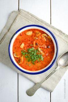 Zupa gulaszowa z kurczakiem to pozycja obowiązkowa w niektórych sytuacjach - szczególnie w zimie. Idealnie rozgrzewa, syci i świetnie smakuje, dlatego gdy wracamy zmarznięci z przystanku