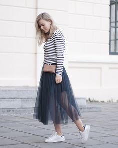 Jupon en tulle : Sneakers and a tulle skirt Women's Fashion Dresses, Skirt Fashion, Tutu Skirt Women, Skirt And Sneakers, Sweaters And Leggings, Office Fashion Women, Skirt Outfits, Types Of Fashion Styles, Ootd