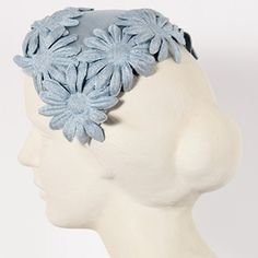 Blue cotton fabric hat, with applied daisies. Perfect with tailleur and jackets, for a lovely retrò style. Vintage from the Perfectly preserved. Vintage Wardrobe, Vintage Outfits, Vintage Hats, Vintage Clothing, Vintage Style, Vintage Accessories, Hair Accessories, Diy Wedding Inspiration, Vintage Headpiece