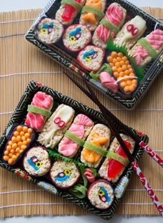 Both of my parents spent time living in Japan so we've always grew up with a little bit of Asian influence. We are big fans of sushi in general but making it out of candy is a little sweeter. Dessert Sushi, Sushi Cake, Sushi Party, Sushi Cupcakes, Sushi Lunch, Cute Food, Good Food, Yummy Food, Candy Sushi Rolls