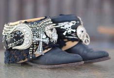 Boots for the bride? Yes, boots can be a great and even classy option for a modern bride. Boho Boots, Cowgirl Boots, Western Boots, Western Art, Botas Boho, Festival Boots, Boot Bracelet, Over Boots, Boot Jewelry