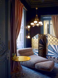 Rome: Le Palazzo Fendi par Dimore Studio à Rome Dans le petit salon d'essayage, un lit de repos dessiné par Dimorestudio pour Fendi trône devant un paravent des mêmes créateurs. Au premier plan, une table de Meret Oppenheim. Appliques (Stilnovo), lustre (Arredoluce).