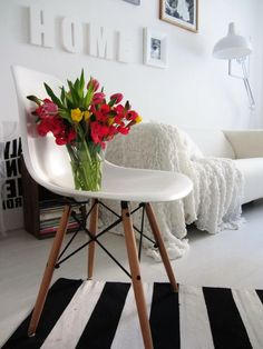 Via Merci Ancsa Dekor Living Room Home Theater, Home And Living, Eames Dsw Chair, Nordic Interior Design, Happy House, Charles Eames, Facebook, Flowers, Table